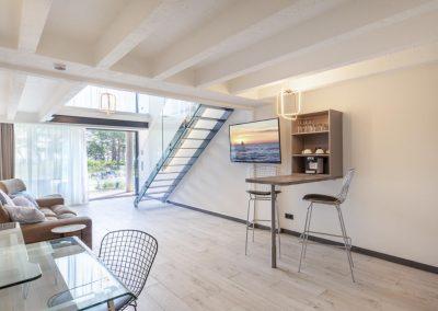 Küchentheke und Schreibtisch der Ferienwohnung auf Rügen