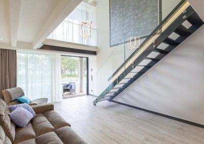 Couch und Treppe der Ferienwohnung auf Rügen